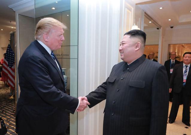 Лидер КНДР Ким Чен Ын во время встречи с президентом США Дональдом Трампом в Ханое