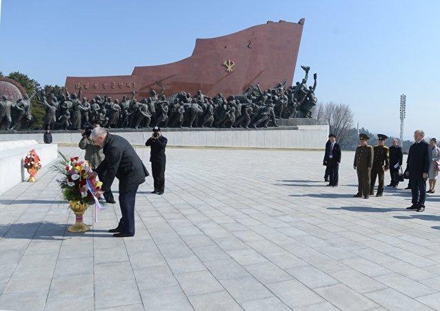 俄内务部长向金正日灵前敬献花圈