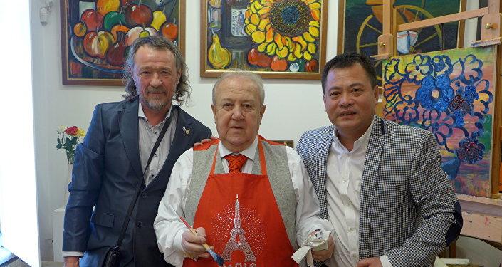 基霍米洛夫,俄罗斯艺术科学院主席、俄罗斯艺术泰斗祖拉布·采列捷利,刘明秀(从左至右)