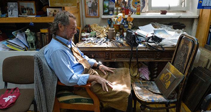 亚历山大·季霍米罗夫在工作室