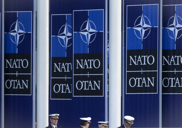 Солдаты ВМС Испании идут под знаменами НАТО у штаб-квартире НАТО в Брюсселе, Бельгия