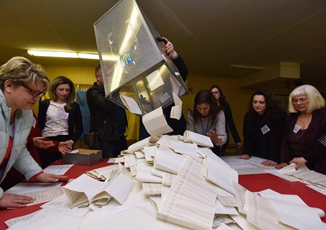 乌中选委:泽连斯基和波罗申科将角逐总统选举第二轮投票