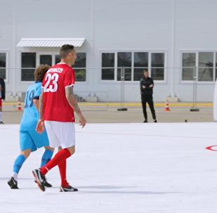 国际足联的意大利传奇球星马特拉齐在索契的塑料球场上踢球