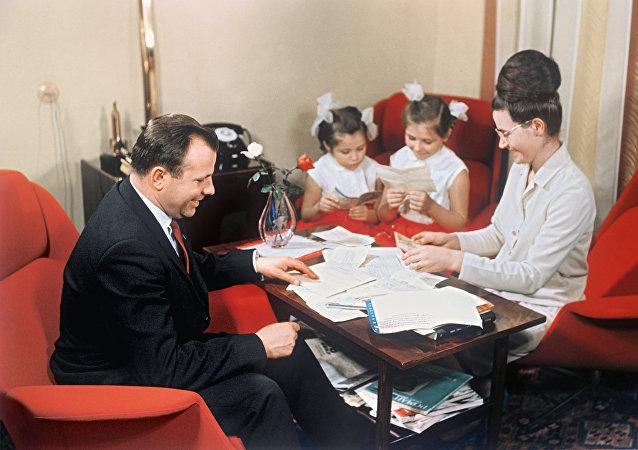 1967年,尤里·加加林与妻子和女儿们