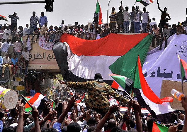 苏丹军事委员会许诺将行政权转交给国家机关
