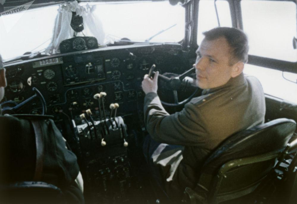 尤里·加加林进入太空前在飞机驾驶舱内