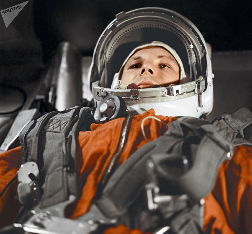飞行员-宇航员尤里·加加林在东方号飞船驾驶舱内