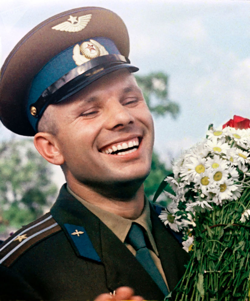 飞行员-宇航员尤里·加加林手捧雏菊