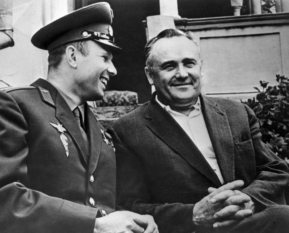 """""""东方号""""飞船首次载人进入太空后的宇航员尤里·加加林和科学院院士谢尔盖·科罗廖夫"""