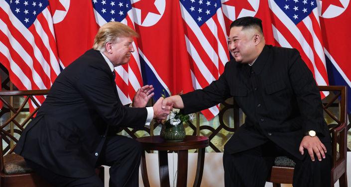 朝鲜领导人金正恩(右)和美国总统特朗普