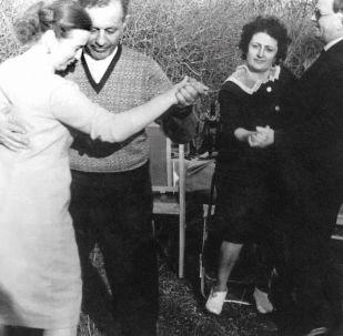 阿马扎斯普·哈恰图罗维奇·巴巴贾尼扬和自己的妻子共舞