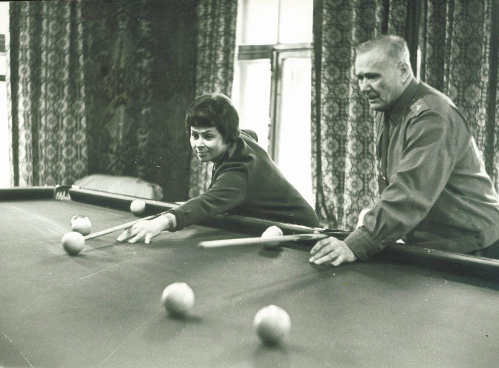 葉廖緬科夫婦在位於莫斯科州阿爾漢格爾斯克的別墅里打台球,1967年
