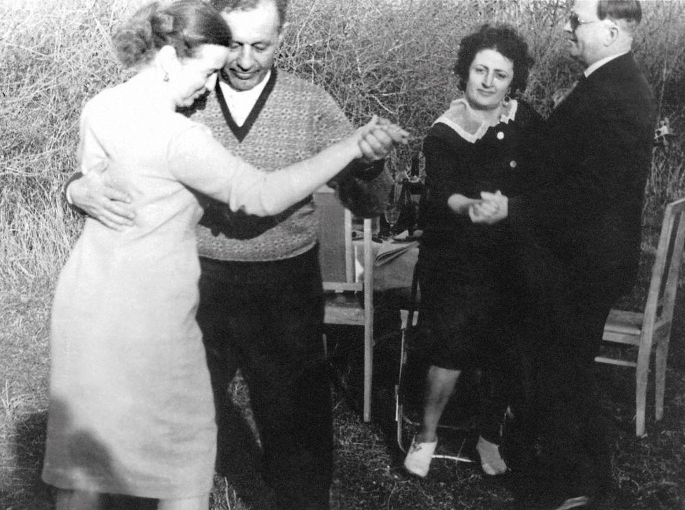 阿馬扎斯普·哈恰圖羅維奇·巴巴賈尼揚和自己的妻子共舞