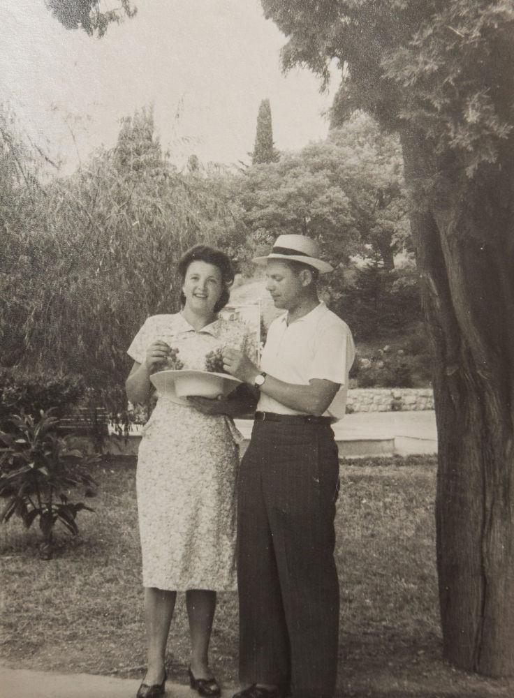 亞歷山大·彼得洛維奇·西蘭季耶夫和自己的妻子在一起,50年代