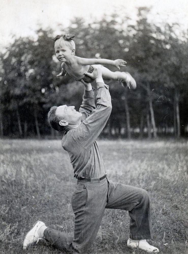 謝爾蓋·謝苗諾維奇·比留佐夫少將和女兒奧爾加在別墅,1940年