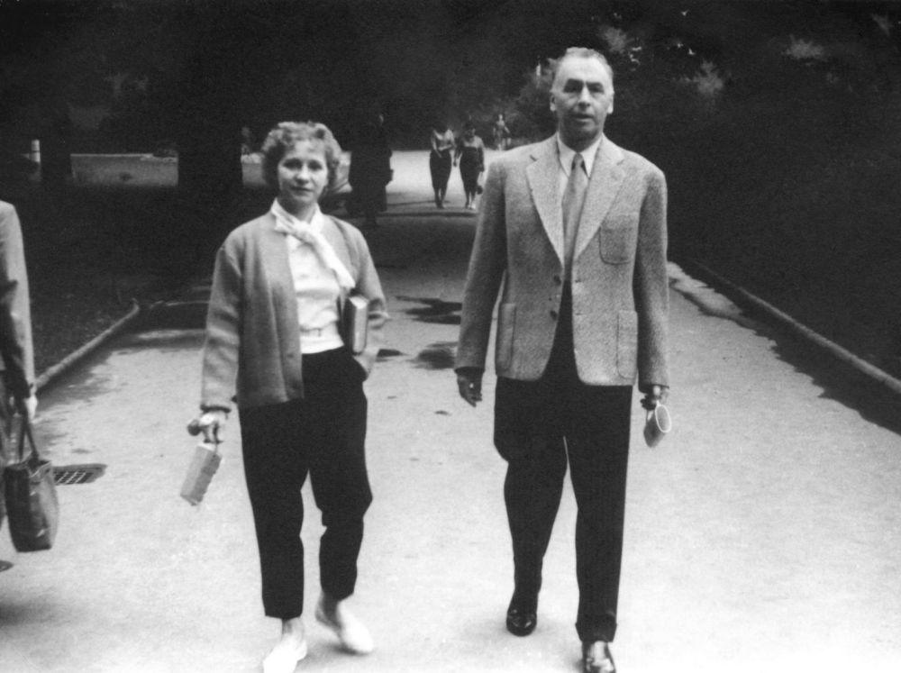 奧爾加·瓦西里耶夫娜·列佩申斯卡婭和阿列克謝·因諾肯季耶維奇·安東諾夫夫婦在捷克斯洛伐克的卡羅維發利(Karlovy Vary)度假,60年代
