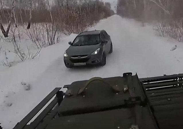 跨界SUV與坦克上演追逐大戰