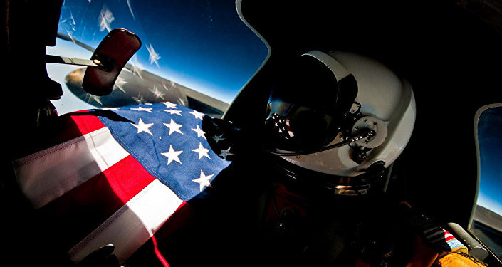 Пилот американского разведывательного самолета U-2 во время полета в стратосфере