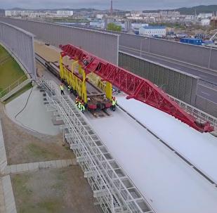 克里米亚大桥开始从刻赤一侧铺设铁轨