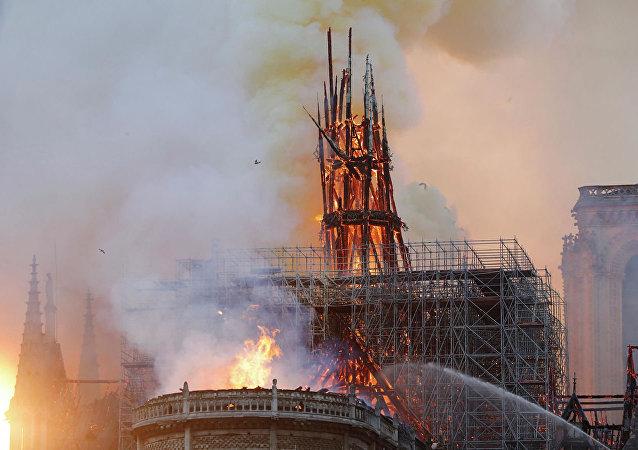 起火的巴黎聖母院的屋頂已經坍塌