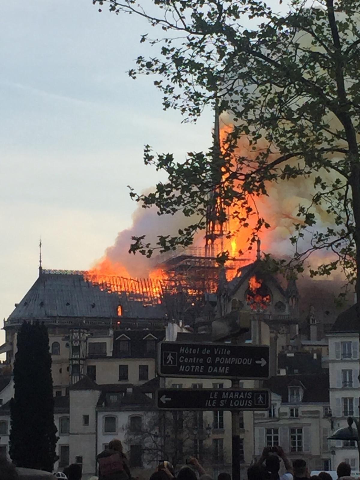 巴黎圣母院发生大火
