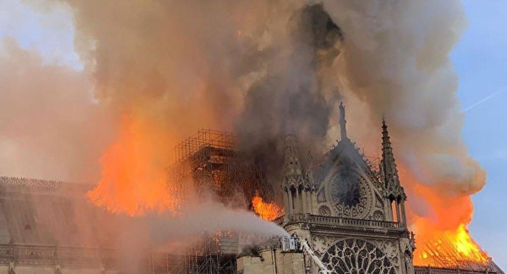 巴黎圣母院发生火灾 屋顶彻底坍塌