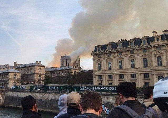 马克龙:当前巴黎圣母院火灾尚难以扑灭