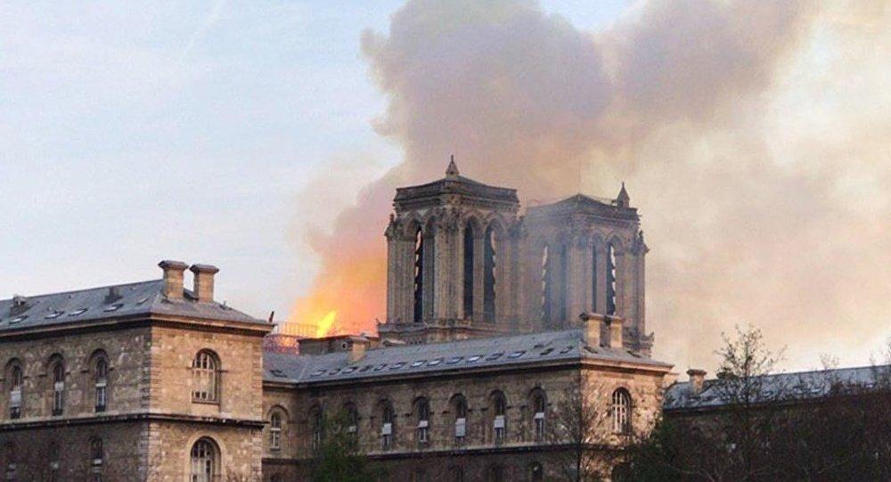媒体:巴黎圣母院祭坛和十字架在火灾中幸存