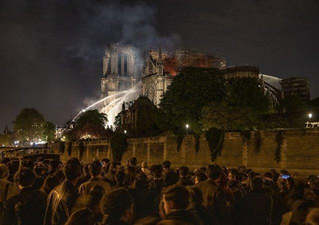 法国当局:巴黎圣母院屋顶的三分之二已经被火灾摧毁