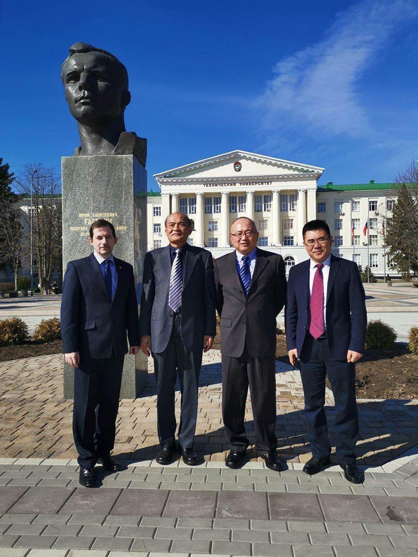 俄中双方代表在俄罗斯顿河国立技术大学教学楼前合影