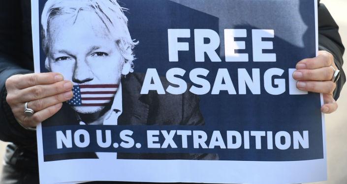 Плакат с призывом освободить основателя WikiLeaks Джулиана Ассанжа