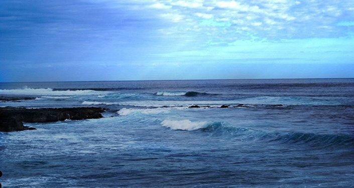 斯里蘭卡海軍對兩名被海水捲走的俄羅斯遊客施以援手