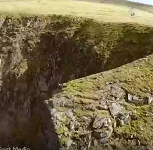 極限運動員從懸崖上跳下