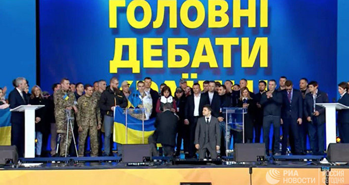 泽伦斯基同波罗申科在辩论中下跪