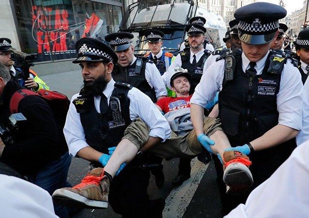 伦敦警方在环保活动中拘留106人