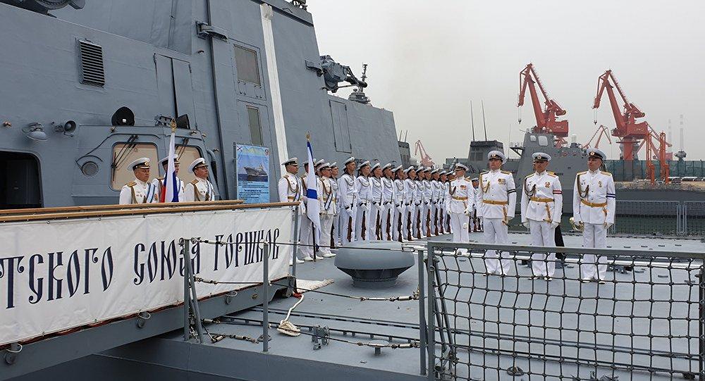俄海军舰队抵达中国青岛参加阅兵式