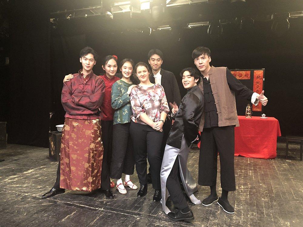 中戏学生演出结束后与俄罗斯观众合影