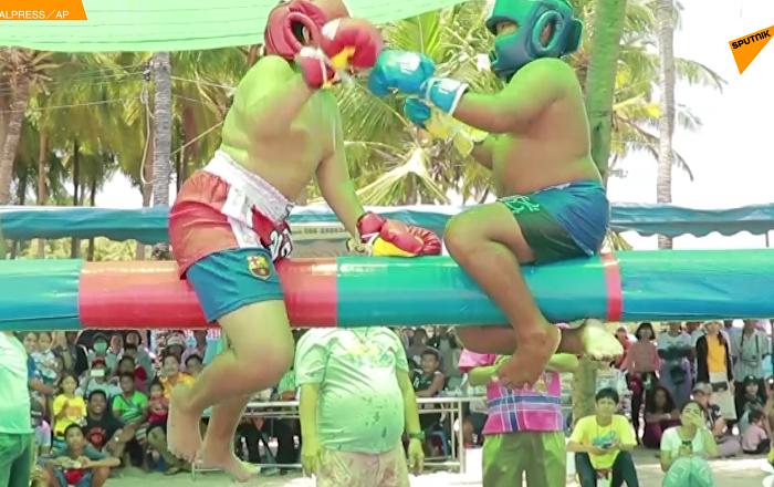 泰国举行青少年水上拳击比赛