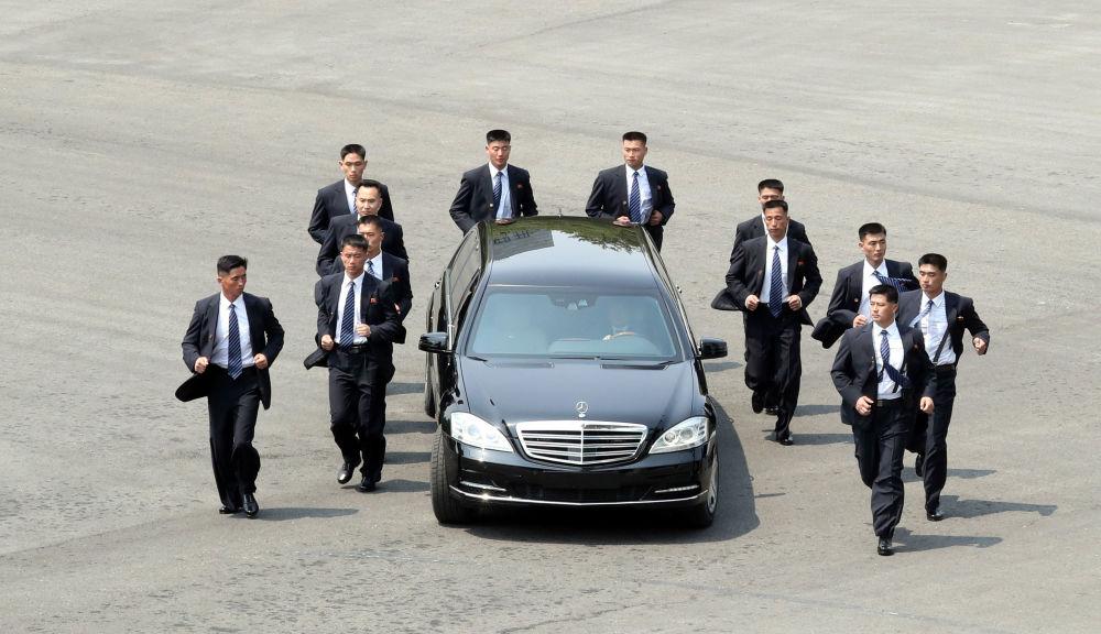 朝鲜领导人金正恩专车周围的保镖,韩国。