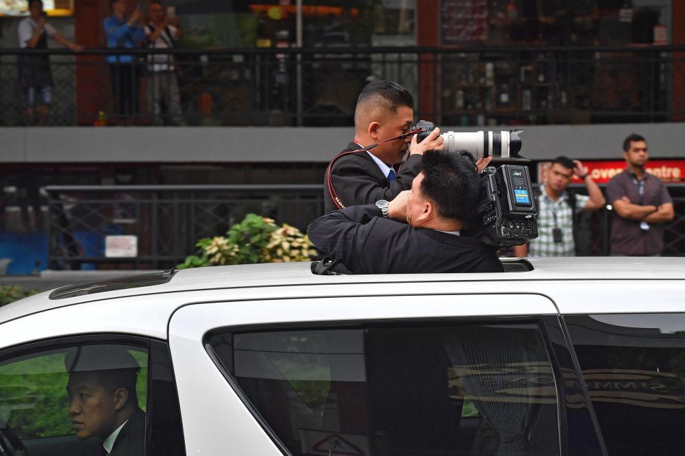 朝鲜领导人金正恩到访新加坡时在一旁拍摄的朝鲜摄影师。