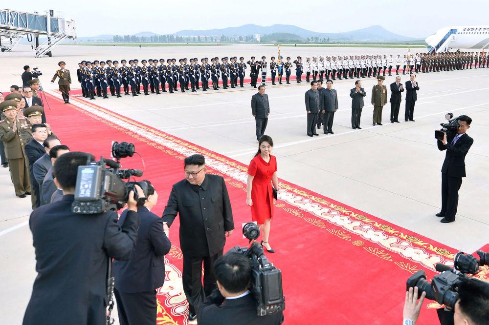 朝鲜领导人金正恩携夫人李雪主现身平壤国际机场。