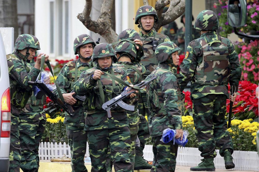 朝鲜最高领导人金正恩将抵达越南阳东市镇火车站,图为车站的越南士兵。