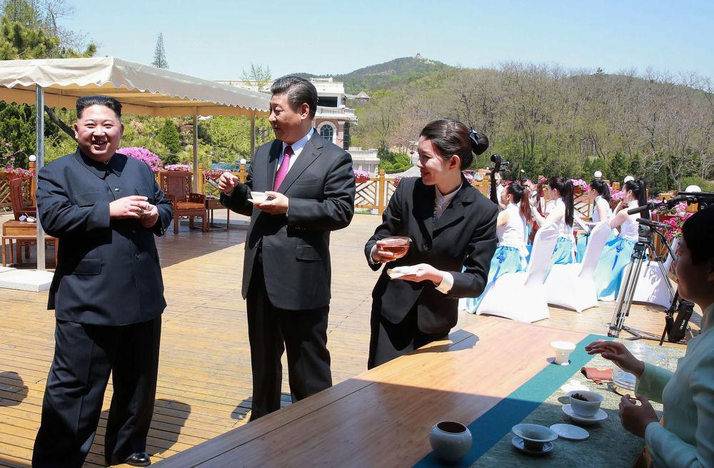 朝鲜最高领导人金正恩与中国国家主席习近平在大连饮茶。