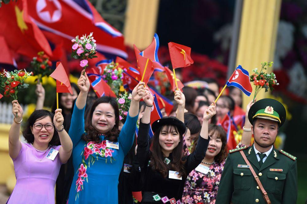 越南人民在同登市镇火车站迎接朝鲜最高领导人金正恩。
