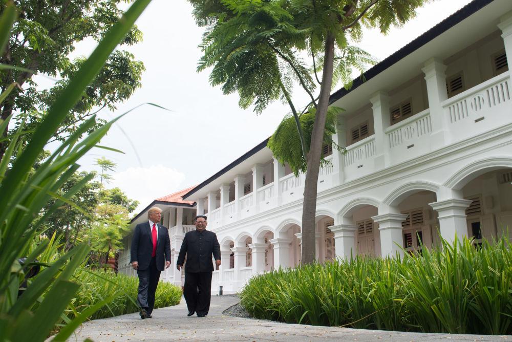 美国总统唐纳德·特朗普与朝鲜最高领导人金正恩现身新加坡。
