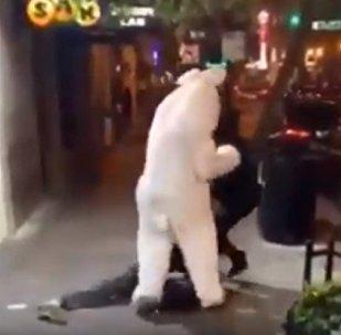 打扮成復活節兔子的男子用去拳頭支持一位受欺負的女士