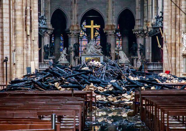 巴黎圣母院将暂时覆盖防水布遮雨