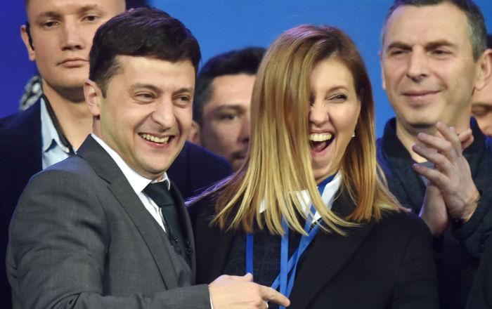 乌克兰总统候选人弗拉基米尔·泽连斯基和自己的妻子叶连娜·泽连斯卡娅在基辅奥林匹克体育场与乌克兰现任总统彼得·波罗申科的辩论中。