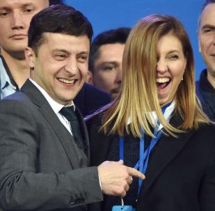 烏克蘭總統候選人弗拉基米爾·澤連斯基和自己的妻子葉連娜·澤連斯卡婭在基輔奧林匹克體育場與烏克蘭現任總統彼得·波羅申科的辯論中。