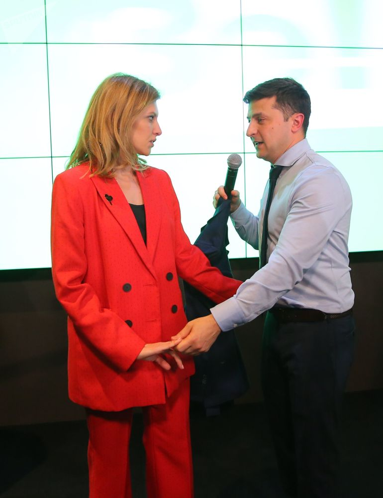 乌克兰总统候选人、演员弗拉基米尔·泽莲斯基和妻子叶连娜在自己位于基辅的竞选总部。